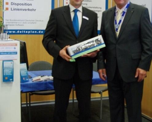 RDA Präsident Richard Eberhardt gratuliert Jendrik Schneider zum Firmenjubiläum